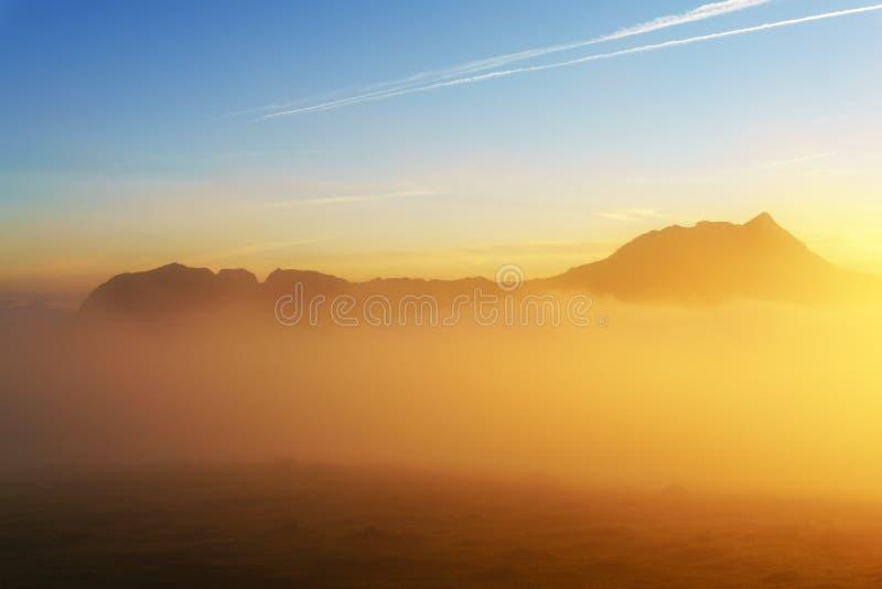 Ανατολή στο ομιχλώδες πρωί από Saibi με την άποψη Anboto στοκ εικόνες