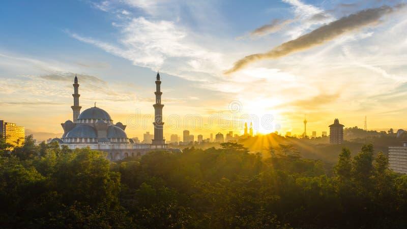 Download Ανατολή στο ομοσπονδιακό μουσουλμανικό τέμενος, Κουάλα Λουμπούρ Μαλαισία Στοκ Εικόνα - εικόνα από μιναρές, cityscape: 62710493