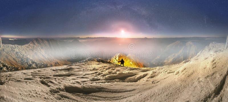 Ανατολή του φεγγαριού πέρα από την Mika-φοράδα, στα Καρπάθια βουνά στοκ φωτογραφίες