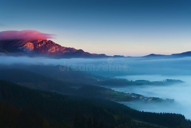 Ανατολή Aramaio στην κοιλάδα με το βουνό Anboto στοκ φωτογραφία με δικαίωμα ελεύθερης χρήσης