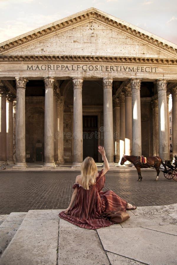 Ανατολή Pantheon της Ρώμης Ιταλία κοριτσιών στοκ φωτογραφία με δικαίωμα ελεύθερης χρήσης