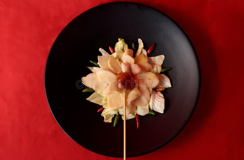 Ανατολικό ταϊλανδικό ψημένο στη σχάρα ύφος λουκάνικο στη σύνθεση λουλουδιών στοκ εικόνες