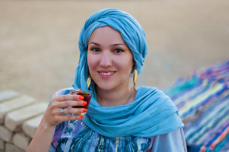 Ανατολικό τσάι ποτών γυναικών πορτρέτου ασιατικό στοκ φωτογραφίες με δικαίωμα ελεύθερης χρήσης