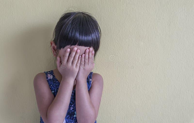 Ανατρέψτε ασιατικό να φωνάξει μικρών κοριτσιών στοκ φωτογραφία με δικαίωμα ελεύθερης χρήσης