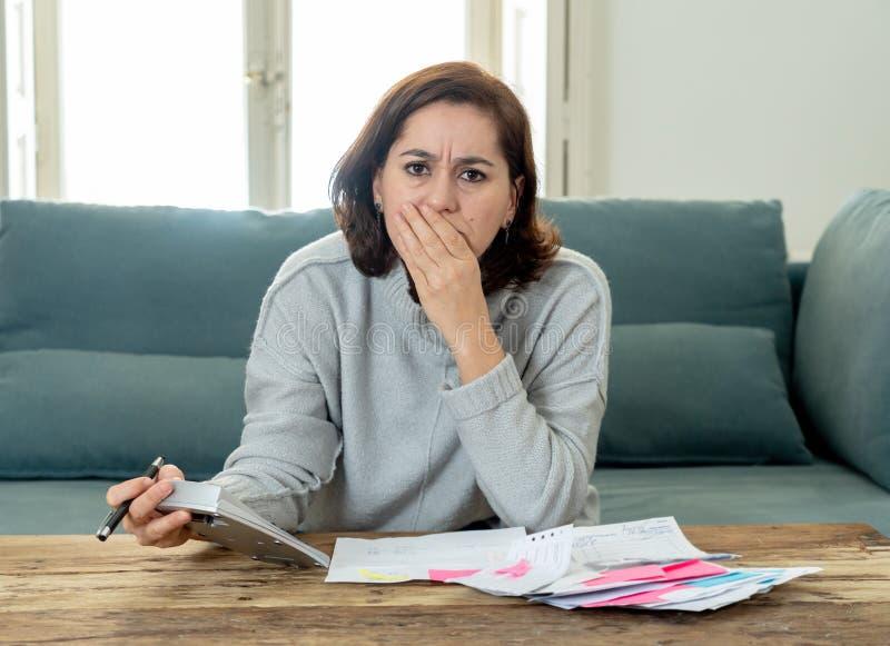 Ανατρέψτε τη νέα γυναίκα που τονίζεται για πόρους χρηματοδότησης λογιστικής χρεών και πληρωμών πιστωτικών καρτών τους μη ευτυχείς στοκ φωτογραφίες με δικαίωμα ελεύθερης χρήσης