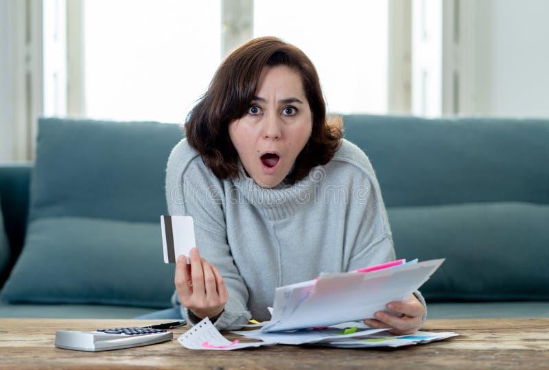 Ανατρέψτε τη νέα γυναίκα που τονίζεται για πόρους χρηματοδότησης λογιστικής χρεών και πληρωμών πιστωτικών καρτών τους μη ευτυχείς στοκ εικόνες με δικαίωμα ελεύθερης χρήσης