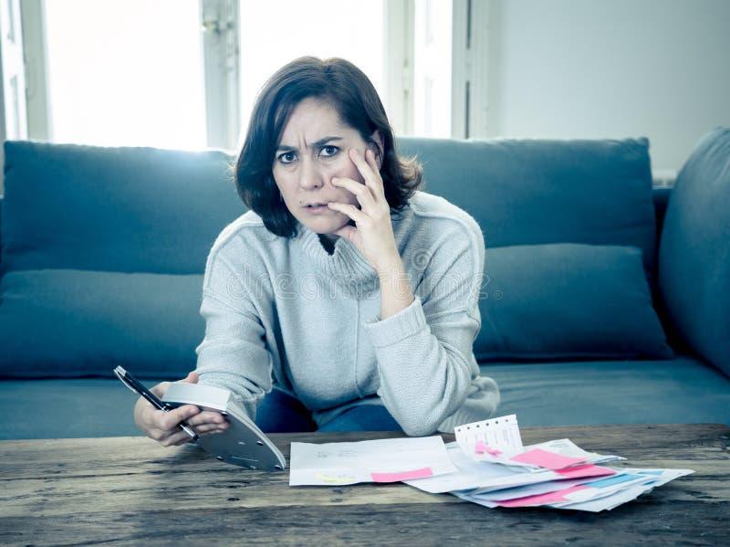 Ανατρέψτε τη νέα γυναίκα που τονίζεται για πόρους χρηματοδότησης λογιστικής χρεών και πληρωμών πιστωτικών καρτών τους μη ευτυχείς στοκ φωτογραφίες