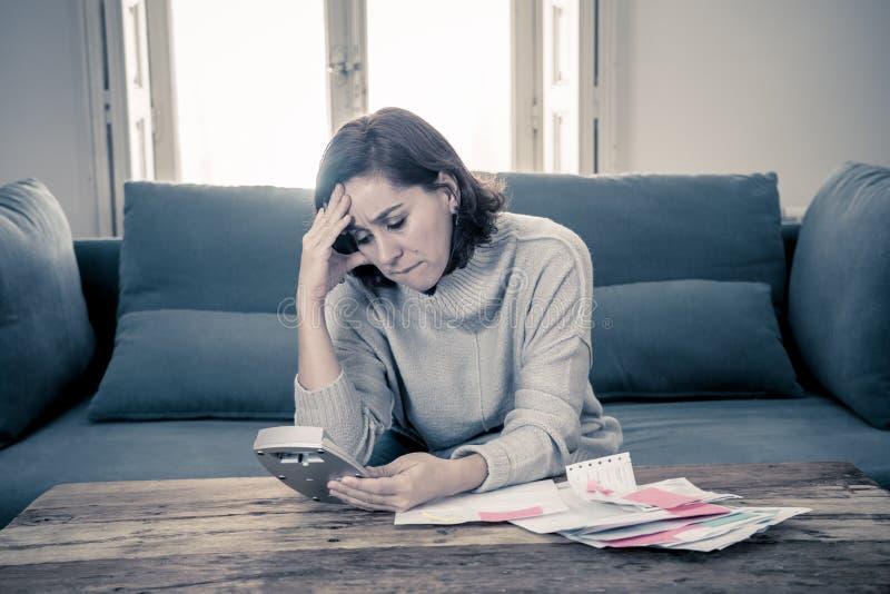 Ανατρέψτε τη νέα γυναίκα που τονίζεται για πόρους χρηματοδότησης λογιστικής χρεών και πληρωμών πιστωτικών καρτών τους μη ευτυχείς στοκ εικόνες