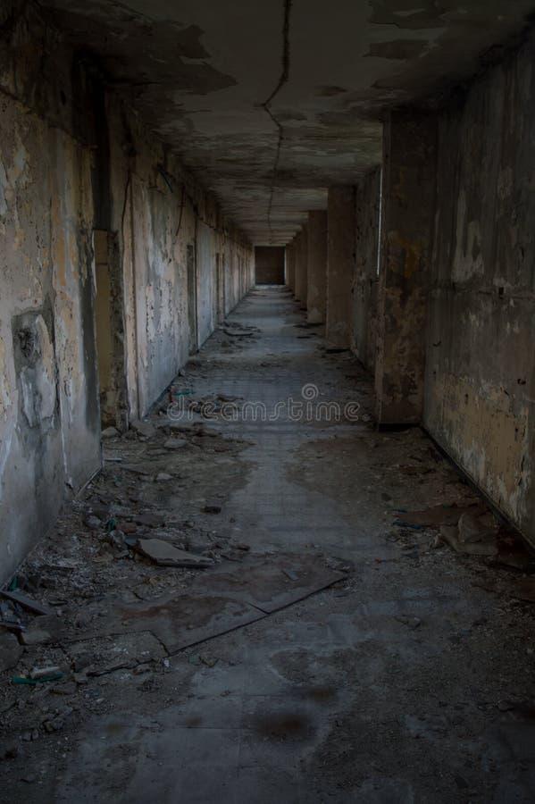 Ανατριχιαστική άποψη σηράγγων στο παλαιό νοσοκομείο στοκ εικόνα