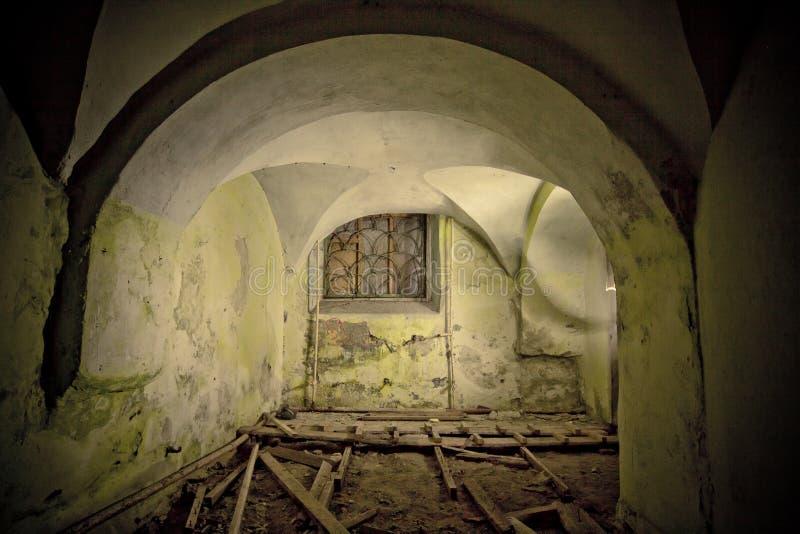 Ανατριχιαστικό υπόγειο κελάρι κάτω από το παλαιό συχνασμένο ιστορικό μέγαρο στοκ φωτογραφία με δικαίωμα ελεύθερης χρήσης