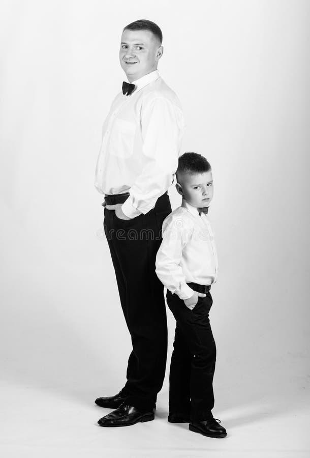 Ανατροφή κυρίων Λίγος γιος μετά από το παράδειγμα πατέρων του ευγενούς ατόμου Ανατροφή κυρίων Πατέρας και γιος επίσημοι στοκ φωτογραφία με δικαίωμα ελεύθερης χρήσης