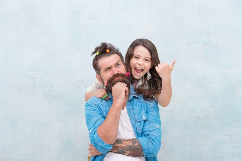 Ανατροφή της ευτυχισμένης κόρης Η κόρη παίζει με τα μαλλιά Τρελαίνομαι κλειδωμένος στην καραντίνα Οικογενειακή ψυχαγωγία στοκ φωτογραφίες