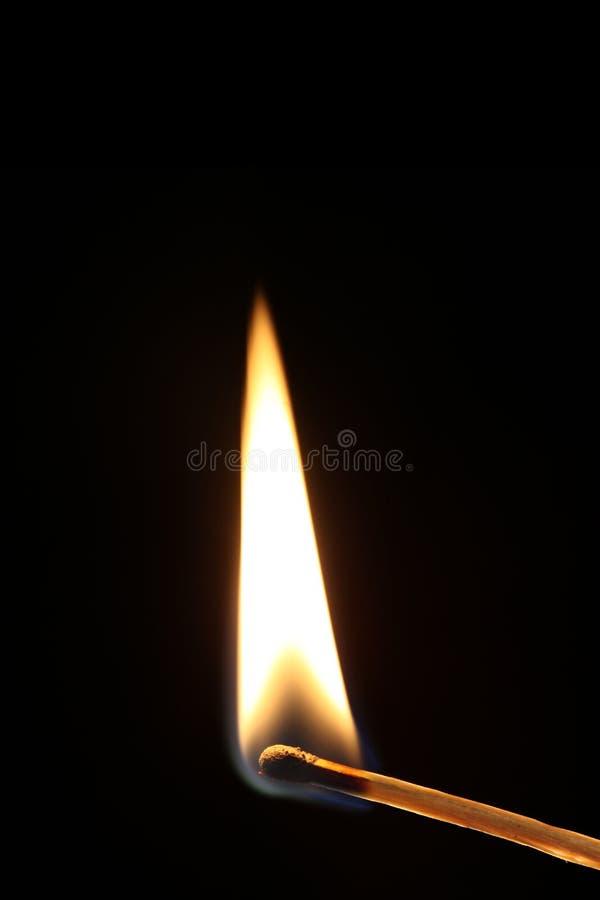 Αναφλεγμένη αντιστοιχία με τη φλόγα που απομονώνεται στο μαύρο υπόβαθρο με το μαύρο υπόβαθρο στοκ εικόνες με δικαίωμα ελεύθερης χρήσης