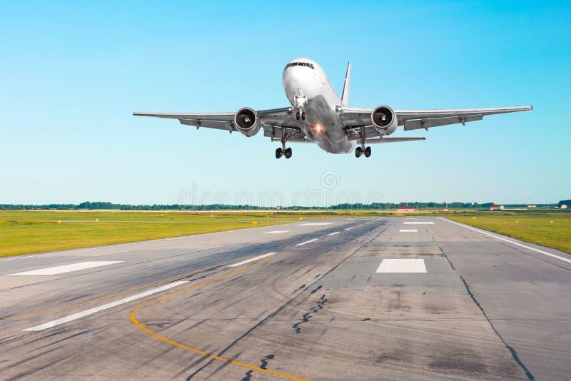 Αναχώρηση πετάγματος αεροσκαφών αεροπλάνων μετά από την πτήση, που προσγειώνεται σε έναν διάδρομο στην καλή ημέρα καιρικού σαφή ο στοκ εικόνες
