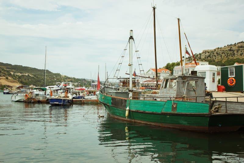 Αναψυχή σε μια βάρκα στην ακτή ενός όμορφου βουνού Γιοτ και βάρκες στον όμορφο κόλπο Balaklava Γραφική αλιεία στοκ εικόνες