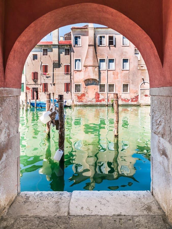 Αναλαμπή Chioggia από τα arcades στοκ εικόνες