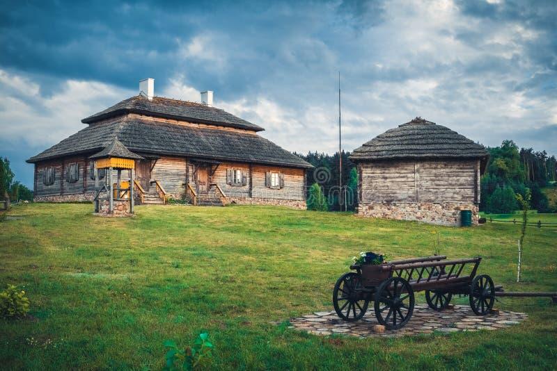 Αναδρομικά εθνικά σπίτια στο αγροτικό τοπίο, περιοχή του Brest, της Λευκορωσίας στοκ εικόνες με δικαίωμα ελεύθερης χρήσης