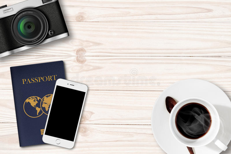 Αναδρομικά κάμερα, Smartphone και διαβατήριο στον ξύλινο πίνακα στοκ εικόνες