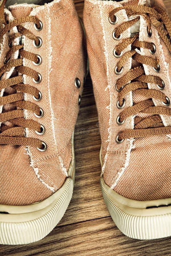 Αναδρομικά παπούτσια γυμναστικής ύφους και ληφθείσα κορδόνια κινηματογράφηση σε πρώτο πλάνο στοκ εικόνες