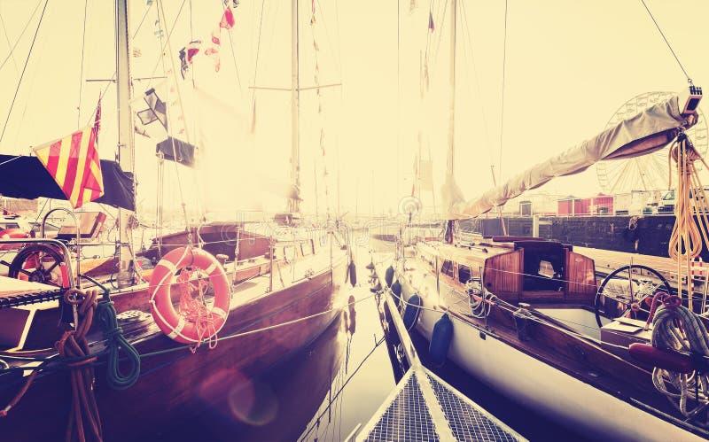 Αναδρομικές τονισμένες πλέοντας βάρκες στη μαρίνα στο ηλιοβασίλεμα στοκ φωτογραφίες με δικαίωμα ελεύθερης χρήσης