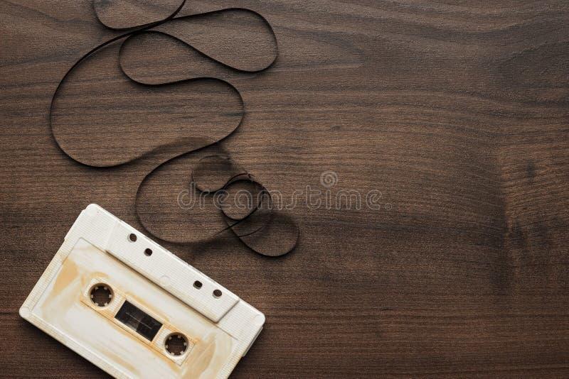 Αναδρομική ακουστική κασέτα πέρα από το ξύλινο υπόβαθρο στοκ φωτογραφία