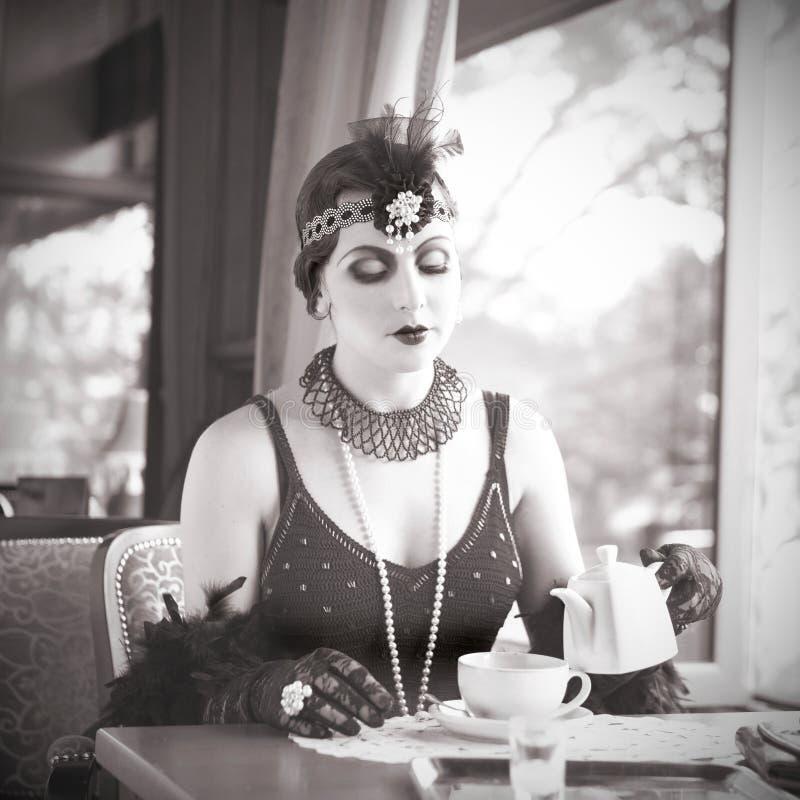 Αναδρομική γυναίκα 1920 - 1930 που κάθεται σε ένα εστιατόριο στοκ εικόνα με δικαίωμα ελεύθερης χρήσης