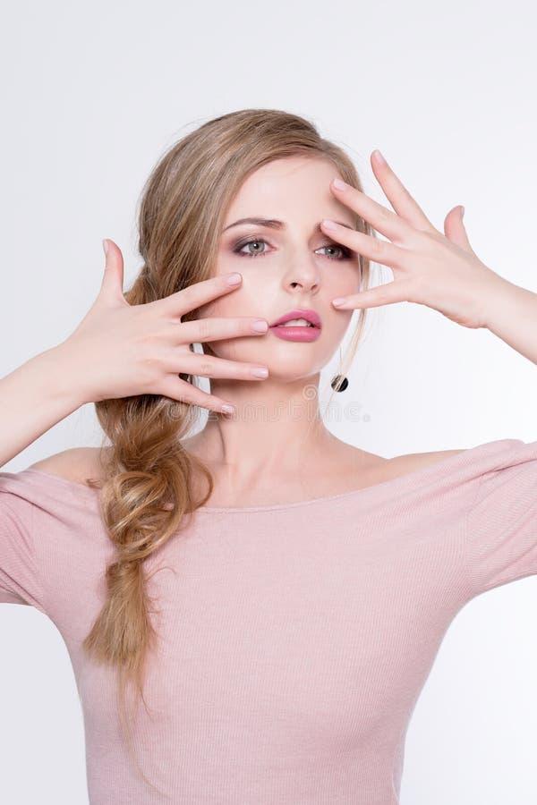 αναδρομική γυναίκα ΧΧ αναθεώρησης s πορτρέτου αιώνα ομορφιάς 20 Όμορφο πρότυπο κορίτσι με το τέλειο φρέσκο καθαρό δέρμα και το επ στοκ φωτογραφίες με δικαίωμα ελεύθερης χρήσης