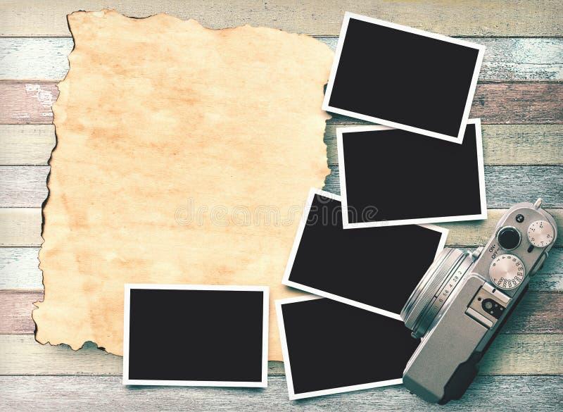 Αναδρομική κάμερα και κενή παλαιά στιγμιαία φωτογραφία εγγράφου στοκ φωτογραφία