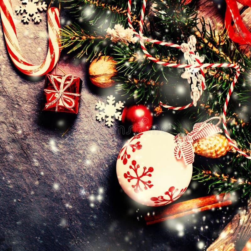 Αναδρομική κάρτα Χριστουγέννων με τις διακοσμήσεις στο σκοτεινό υπόβαθρο στο vint στοκ εικόνες με δικαίωμα ελεύθερης χρήσης