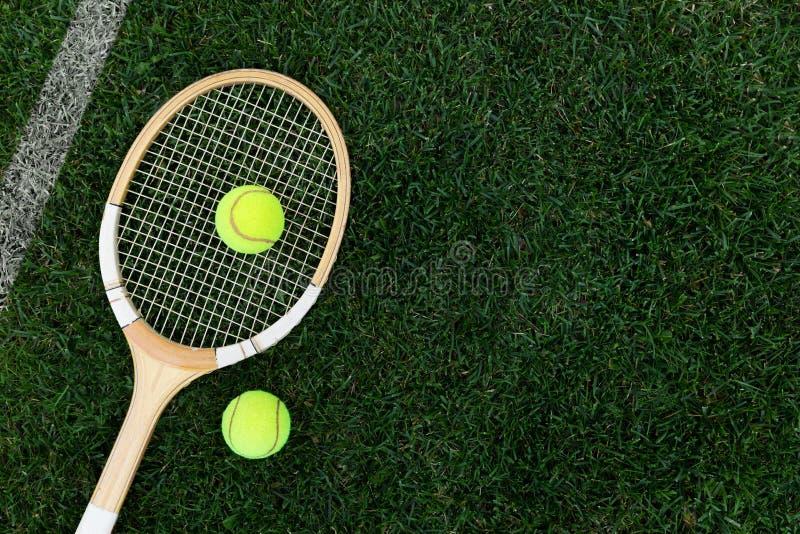 αναδρομική ρακέτα αντισφαίρισης στη φυσική χλόη με τις σφαίρες στοκ εικόνες