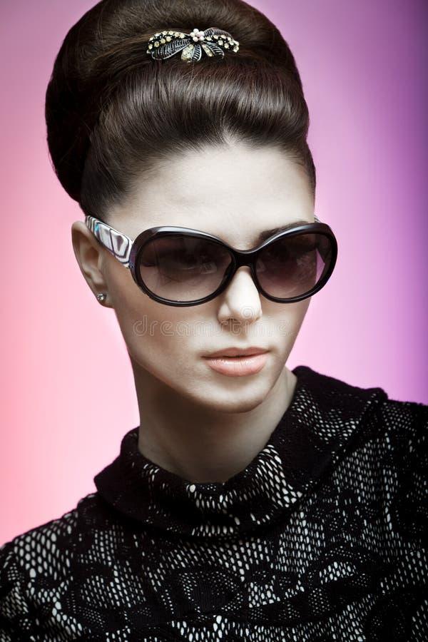 Αναδρομική φωτογραφία μιας όμορφης γυναίκας brunette στοκ εικόνες