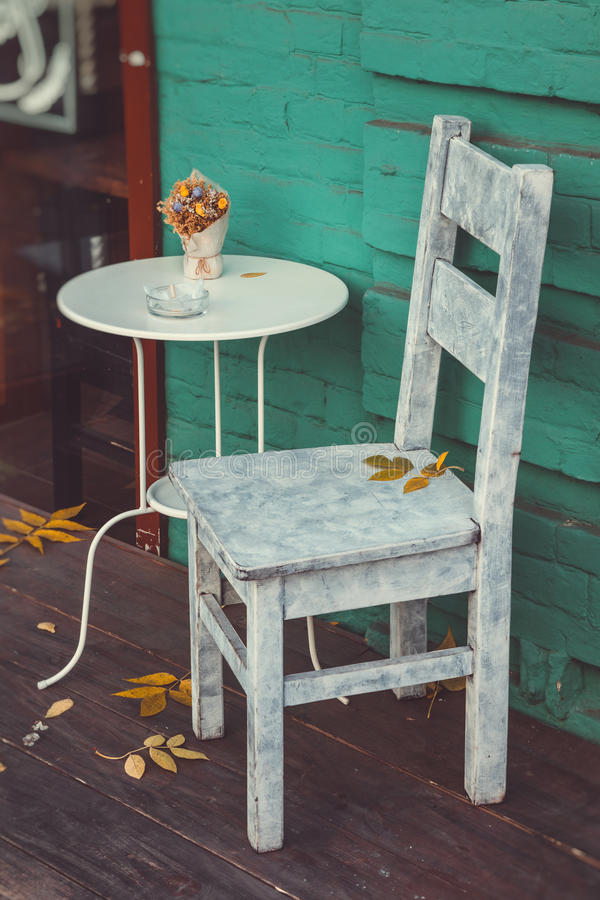 Αναδρομικοί καρέκλα και πίνακας για τους καπνιστές στον εκλεκτής ποιότητας καφέ στοκ εικόνες