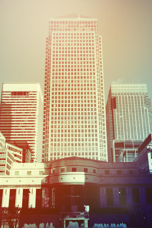 Αναδρομικοί τονισμένοι ουρανοξύστες Canary Wharf στοκ φωτογραφία