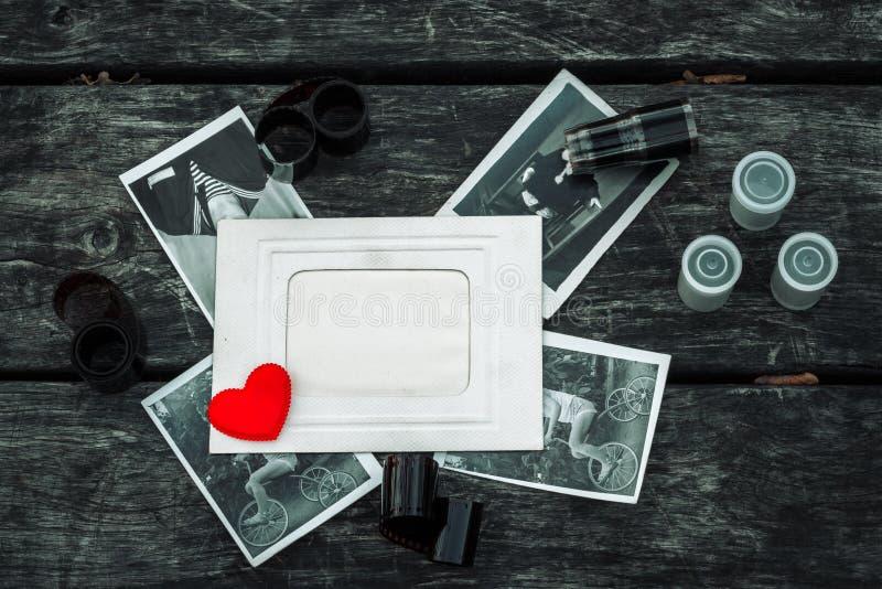Αναδρομικός μερικές παλαιές φωτογραφίες στο ξύλινο επιτραπέζιο υπόβαθρο με τα αρνητικά στοκ εικόνες