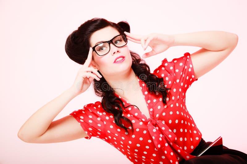 αναδρομικός Σκεπτικό στοχαστικό κορίτσι pinup eyeglasses στοκ εικόνες