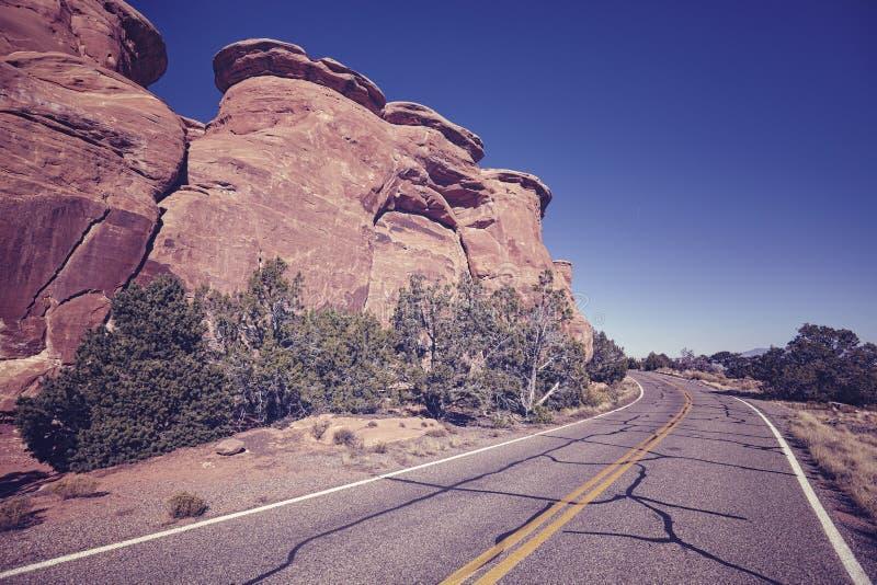 Αναδρομικός τονισμένος φυσικός δρόμος, υπόβαθρο έννοιας ταξιδιού στοκ φωτογραφίες με δικαίωμα ελεύθερης χρήσης