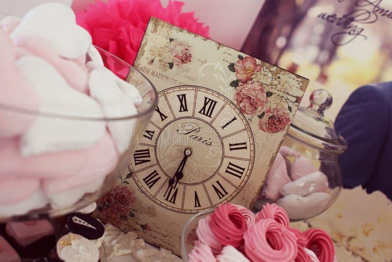 Αναδρομικός χρόνος ρύθμισης του Παρισιού επιτραπέζιων ρολογιών γαμήλιων διακοσμήσεων στοκ εικόνες