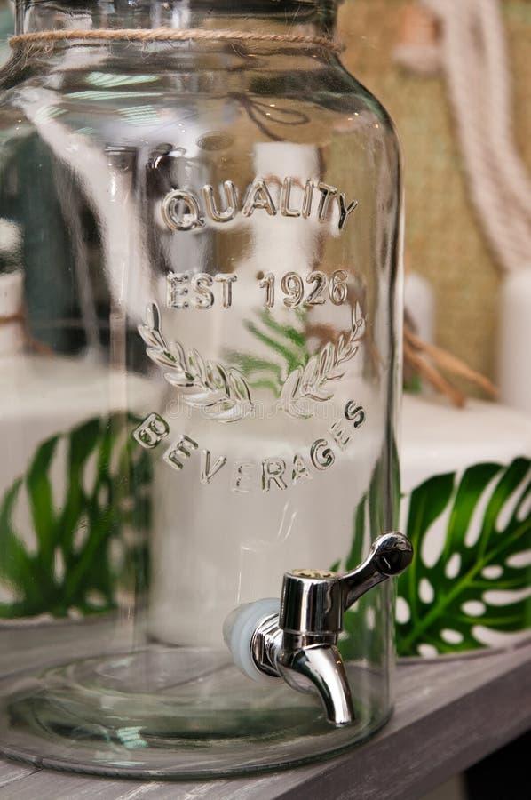 Αναδρομικό αγροτικό βάζο ποιοτικών ποτών με τη βρύση στοκ φωτογραφίες