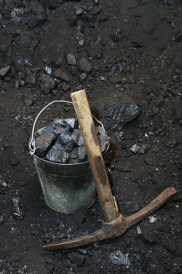 Αναδρομικό ανθρακωρυχείο Αξίνα και το σύνολο κάδων των κομματιών του άνθρακα στοκ φωτογραφία με δικαίωμα ελεύθερης χρήσης