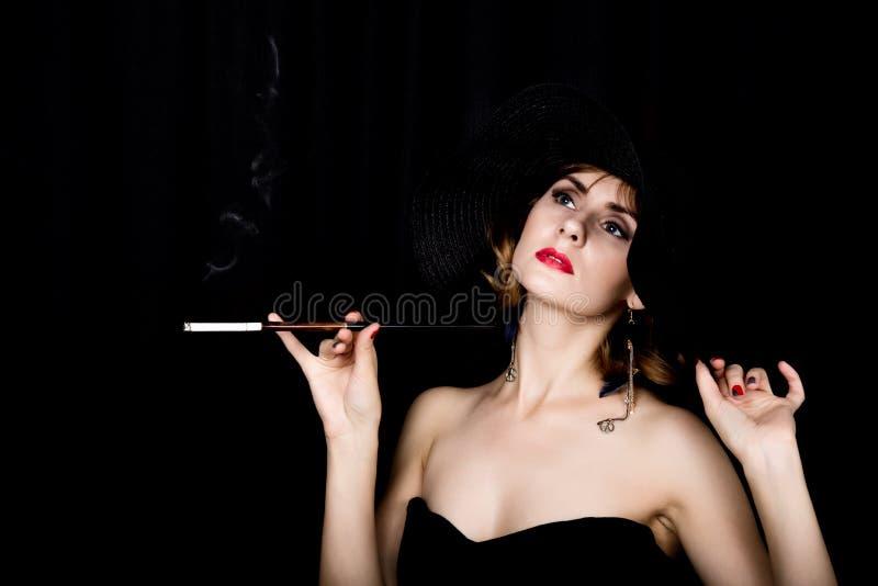 Αναδρομικό θηλυκό πρότυπο ομορφιάς με το επαγγελματικά makeup και το επιστόμιο υπό εξέταση εκλεκτής ποιότητας γυναίκα μόδας σε έν στοκ εικόνα με δικαίωμα ελεύθερης χρήσης