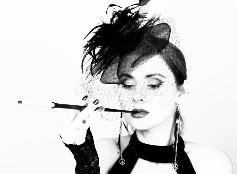 Αναδρομικό θηλυκό πρότυπο ομορφιάς με το επαγγελματικά makeup και το επιστόμιο υπό εξέταση μαύρο λευκό στοκ φωτογραφίες