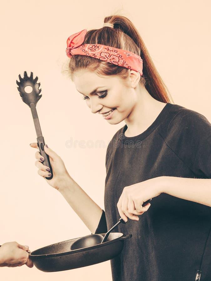 Αναδρομικό κορίτσι που μαγειρεύει και που τηγανίζει στο τηγάνι στοκ εικόνες με δικαίωμα ελεύθερης χρήσης