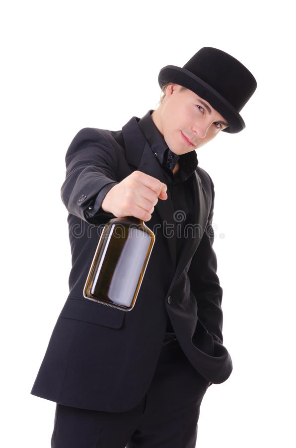 Αναδρομικό μοντέρνο άτομο στο μαύρο κοστούμι με το μπουκάλι του ποτού στοκ φωτογραφίες