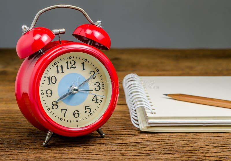 Αναδρομικό ξυπνητήρι με το σημειωματάριο στοκ εικόνα με δικαίωμα ελεύθερης χρήσης