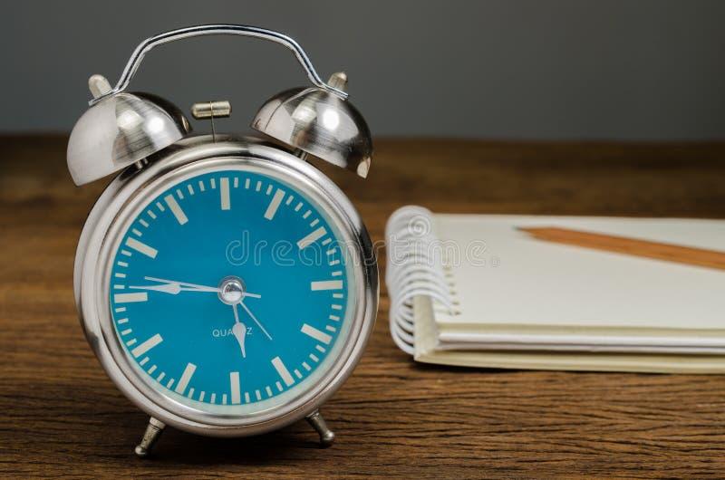 Αναδρομικό ξυπνητήρι με το σημειωματάριο στοκ φωτογραφίες με δικαίωμα ελεύθερης χρήσης
