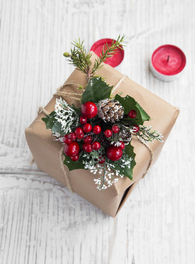 Αναδρομικό χριστουγεννιάτικο δώρο με τις διακοσμήσεις με τα κόκκινα κεριά στοκ φωτογραφία με δικαίωμα ελεύθερης χρήσης