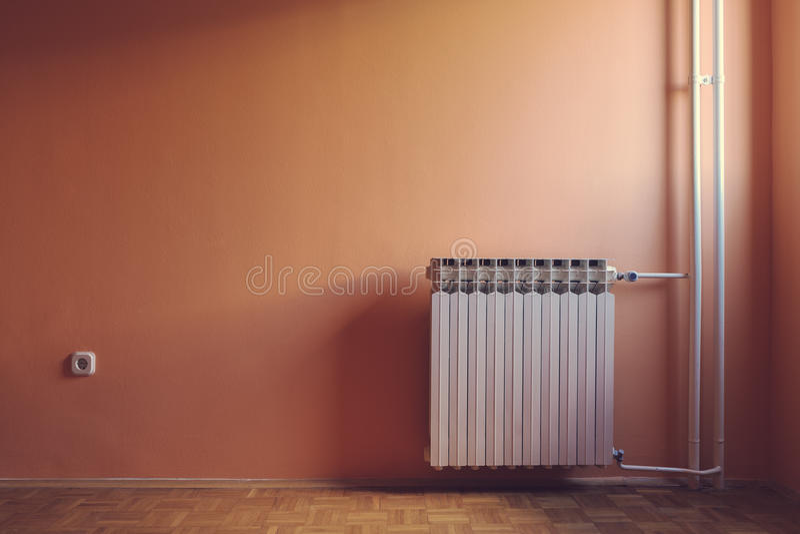Αναδρομικό χρώμα κρητιδογραφιών του θερμού φυσικού φωτισμένου κενού δωματίου παραθύρων στοκ εικόνες