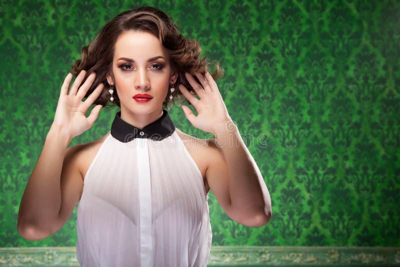 Αναδρομικό ύφος γυναικών μόδας στο πράσινο εκλεκτής ποιότητας υπόβαθρο στοκ εικόνες με δικαίωμα ελεύθερης χρήσης
