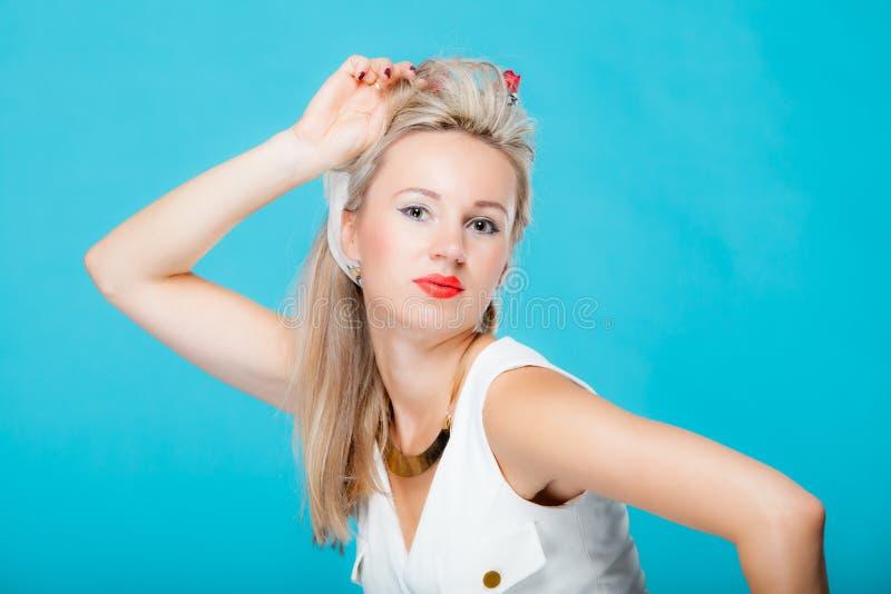 Αναδρομικό ύφος κοριτσιών γυναικών πορτρέτου όμορφο ξανθό pinup στοκ φωτογραφία