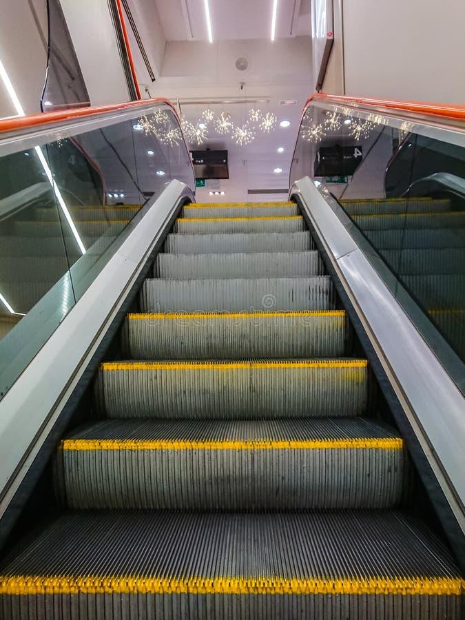 Ανεβαίνοντας κυλιόμενες σκάλες στοκ φωτογραφίες με δικαίωμα ελεύθερης χρήσης